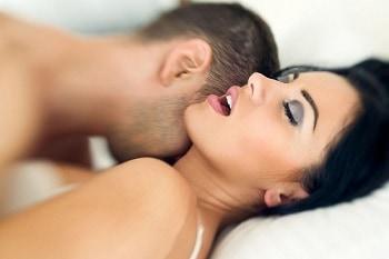 mujer extasiada de placer
